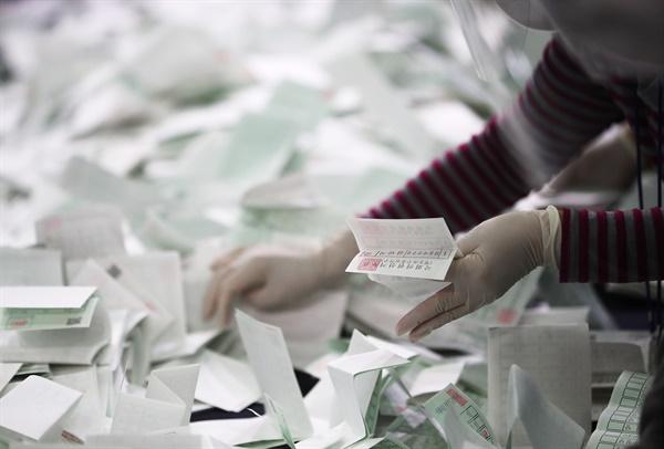 제21대 국회의원 선거일인 지난 15일 오후 영등포 다목적 배드민턴 체육관에 마련된 개표소에서 관계자들이 개표를 하고 있다.