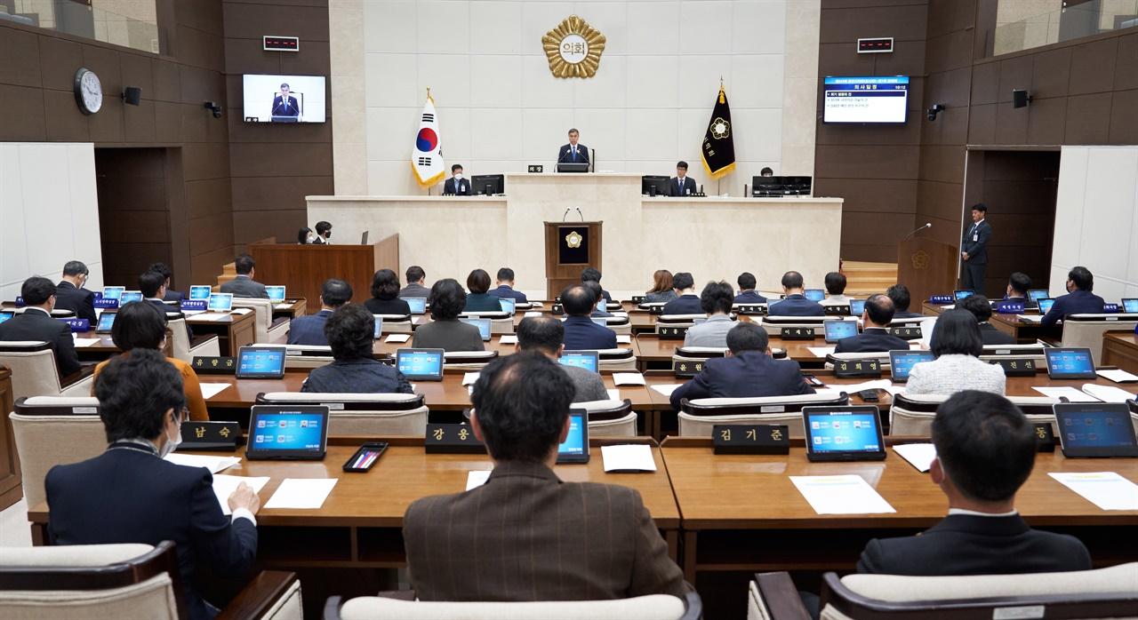 용인시의회(의장 이건한)는 23일 본회의장에서 제243회 임시회를 개회하고 제1차 본회의를 열었다.
