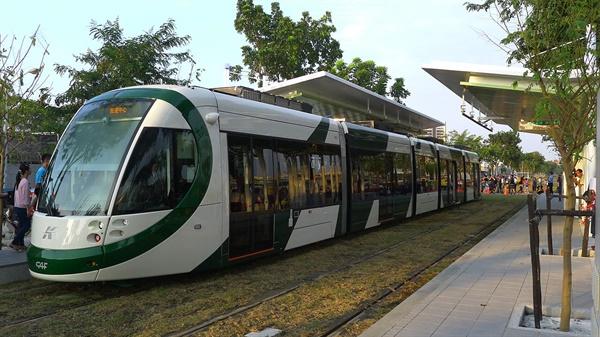 1차 구간은 모범 사례로 꼽혔으나, 2차 구간은 노선 개통을 두고 큰 잡음이 벌어졌던 가오슝 첩운 순환선 트램의 모습. (Wikimedia Commons, CC-BY-SA 4.0)