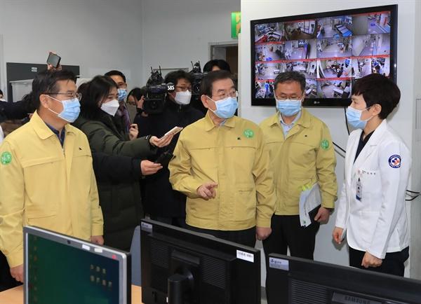 박원순 서울시장이 2월 18일 오전 서울 중랑구 서울의료원을 찾아 코로나19 치료에 투입된 의료진을 격려하고 있다.