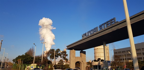 현대제철 당진공장 정문 현대제철 당진공장에서 가스누출로 의심되는 사고가 발생했다.
