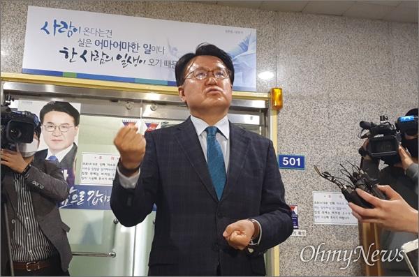 검찰이 24일 오전 '공직선거법 위반 혐의'로 더불어민주당 황운하(대전 중구) 국회의원 당선인의 선거 사무소를 압수수색했다. 이에 황 당선인이 입장을 밝히고 있다.