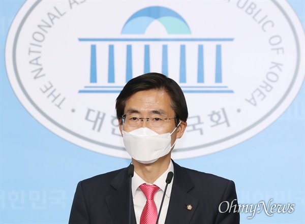 미래통합당 조경태 최고위원이 24일 오후 서울 여의도 국회 소통관에서 기자회견을 하고 있다.