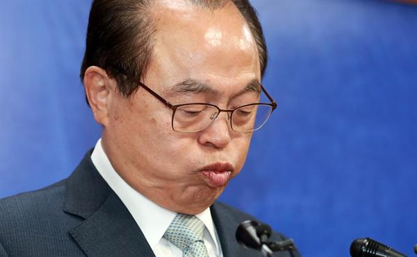 부산시장의 한숨 23일 오전 부산시청에서 오거돈 부산시장이 여성 성추행 사실을 인정하는 사퇴 기자회견을 하고 있다.