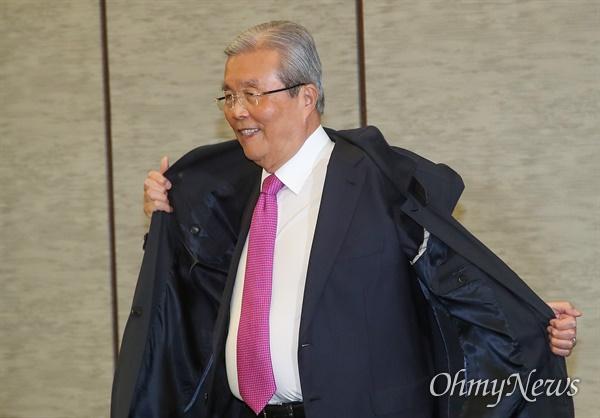 미래통합당 비상대책위원장직을 수락한 김종인 전 총괄선거대책위원장이 24일 오후 서울 중구 명동 은행회관에서 열린 '21대 국회, 어떻게 해야 하나' 토론회에 참석해 코트를 벗고 있다.