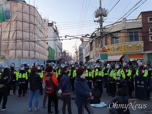 24일 오후 대구시 중구 동인3동 재개발지구 현장에서 강제철거에 들어가자 일부 주민들이 반발하자 경찰이 도로 입구를 막고 주민들의 통행을 차단하고 있다.