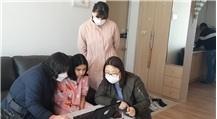 4월 22일 담임교사(왼쪽부터), 이중언어 강사, 특별학급 담당 교사 4인이 함께 학생(5학년) 집을 방문하여 온라인 학습 방법을 가르쳐주고 있다.