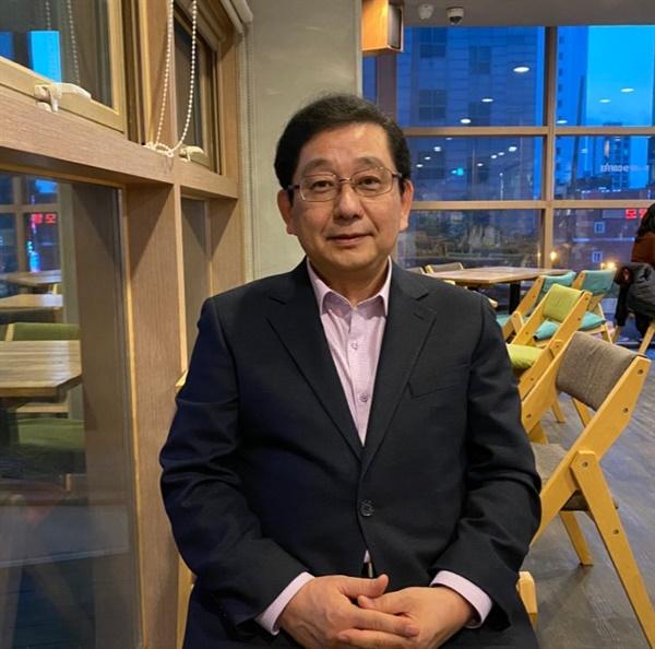 세종대학교 근처 카페에서 인터뷰한 호사카 유지 교수