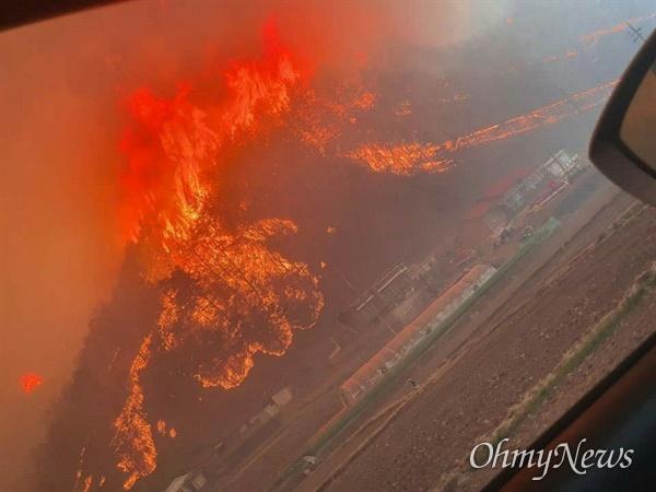 강풍에 안동 산불 확산 지난 24일 오후 경북 안동시 풍천면 병산서원 맞은편 야산에서 발생한 산불이 잠시 진화되는 듯 했다가, 강풍으로 인해 동쪽으로 재확산되고 있다. 사진은 25일 오후 5시 50분경 안동시 남후면 고하리에서 독자가 촬영해서 제공한 산불 현장 모습이다.