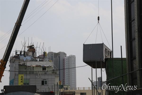 25일 오후 대구 중구 동인동 재개발현장에서 농성을 벌이는 철거민들을 끌어내기 위해 올려졌던 컨테이너가 다시 내려오고 있다.