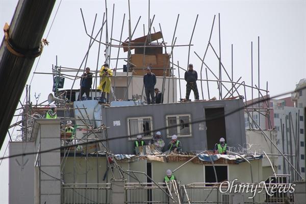 대구 중구 동인동 재개발지역 한 건물에 조합 측이 강제집행을 위해 컨테이너를 옥상에 올렸지만 컨테이너가 올려진 가건물 지붕이 힘을 이기지 못해 한쪽으로 기울었다.