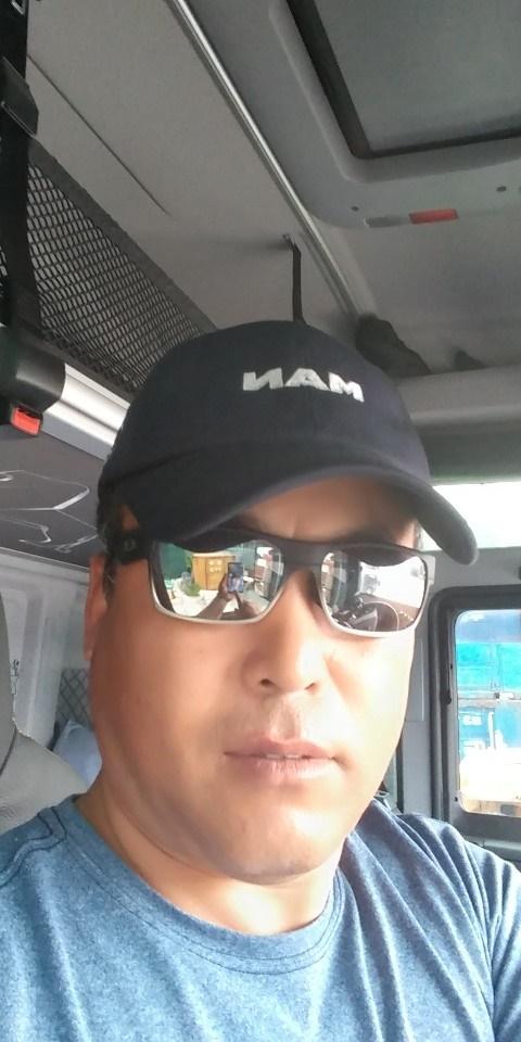 화물차를 운전하기 전 잠시 시간을 내어 찍은 윤길옥씨 사진. 세월호 생존 화물기사인 그는 여전히 화물차를 몰고 있다.