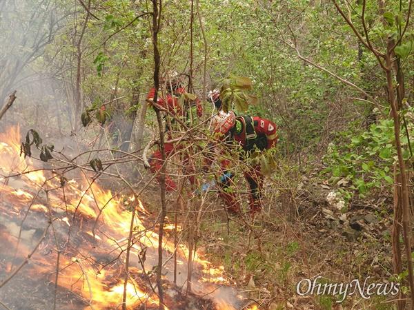 지난 25일 오후 경북 안동시 풍천면에서 발생한 산불이 사흘 만인 26일 오후 2시 30분쯤 완전히 진화됐다.