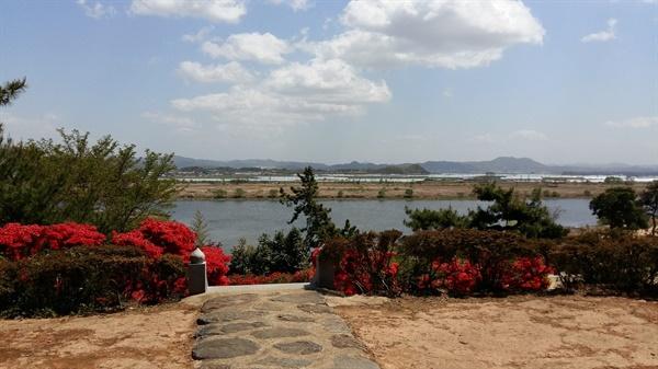 정자 마루에 앉아서 내려다보는 영산강의 풍경