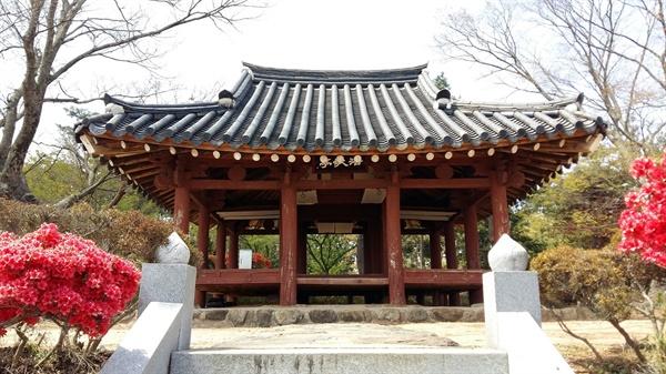 광주광역시 문화재자료 제14호로 지정된 호가정은 여느 정자와는 달리 정면 3칸, 측면 3칸의 정사각형 팔작집이다