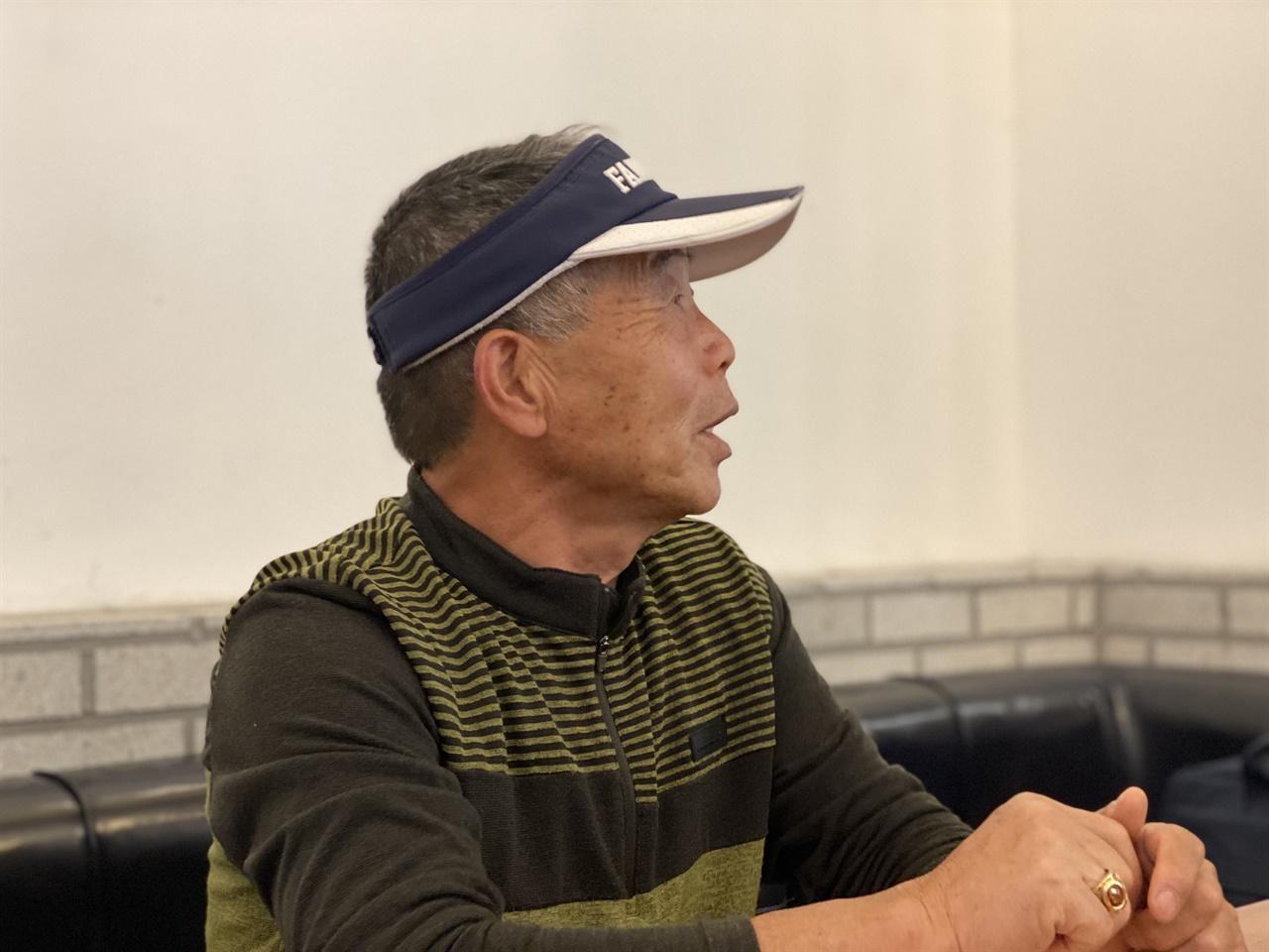 서귀포의 한 카페에서 인터뷰 중인 김영천씨.