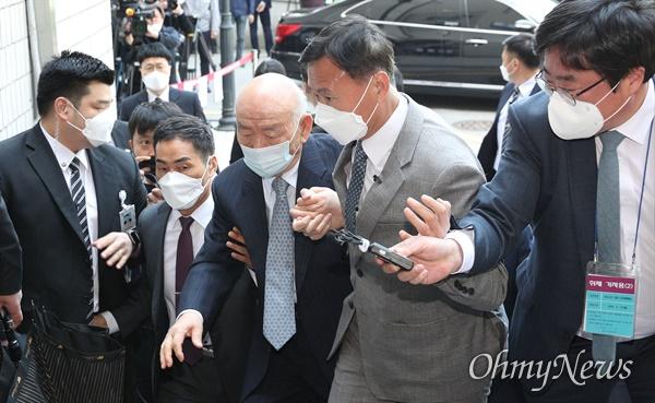 5·18민주화운동 당시 헬기 사격 사실을 증언한 고 조비오 신부의 명예를 훼손한 혐의로 불구속 기소된 전두환씨가  27일 오후 전남 광주지방법원에 피고인 신분으로 출석 하고 있다.