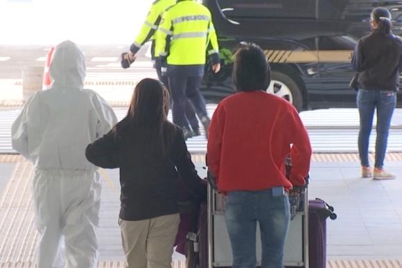 해외 입국 논산시 거주자 안내 인천공항에서 논산시청 직원이 해외 입국 논산시 거주자를 콜밴으로 안내해 안전한 이동을 돕고 있다