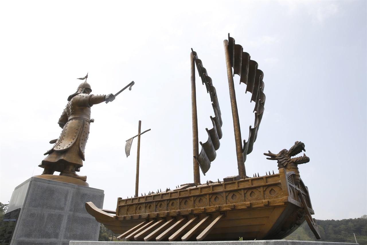 나대용 장군 동상과 거북선 조형물. 나대용의 태 자리인 전남 나주시 문평면에 세워져 있다.