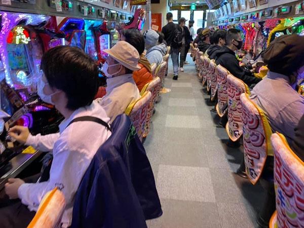 정부의 자숙 요청에도 아랑곳하지 않고 영업을 계속하고 있는 도쿄 시내의 파친코점.