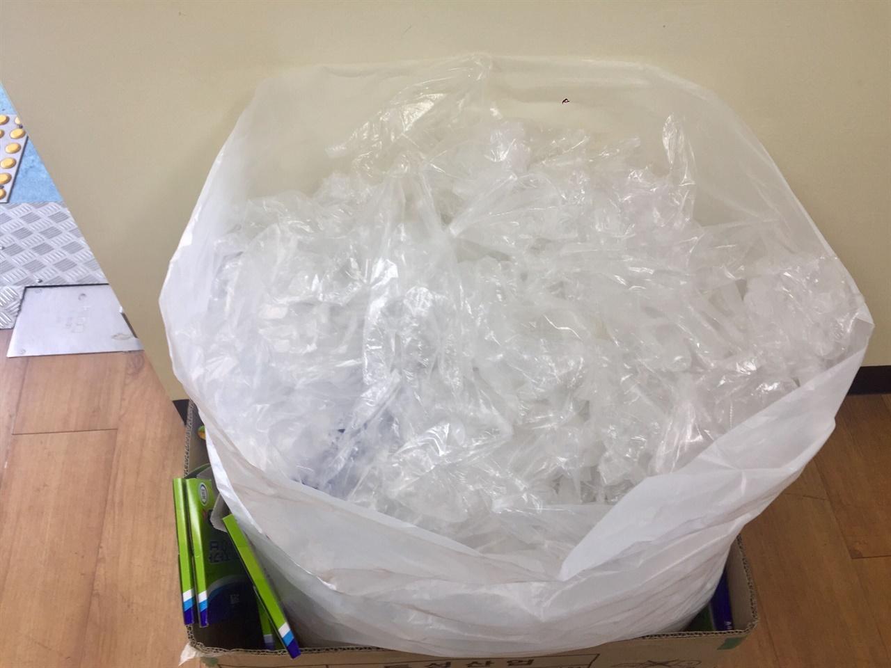 21대 국회의원선거에서 사용한 일회용 비닐장갑  코로나19 감염 우려로 유권자들은 투표소에서 일회용장갑을 사용해 투표를 했야했다.