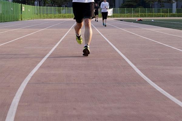 나는 오늘도 달린다. 지루하고 힘들기만 한 운동인 달리기는 이제 내게 힘듦을 견딜 만한 가치 있는 시간이 되었다.