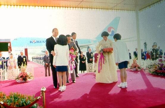 전두환 내외가 방미에 앞서 화동에게 꽃다발을 전해 받고 있다(1985. 4. 25.)