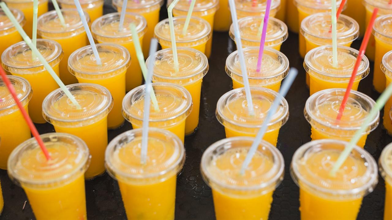 일회용컵 일회용 컵에 담긴 음료들이다.