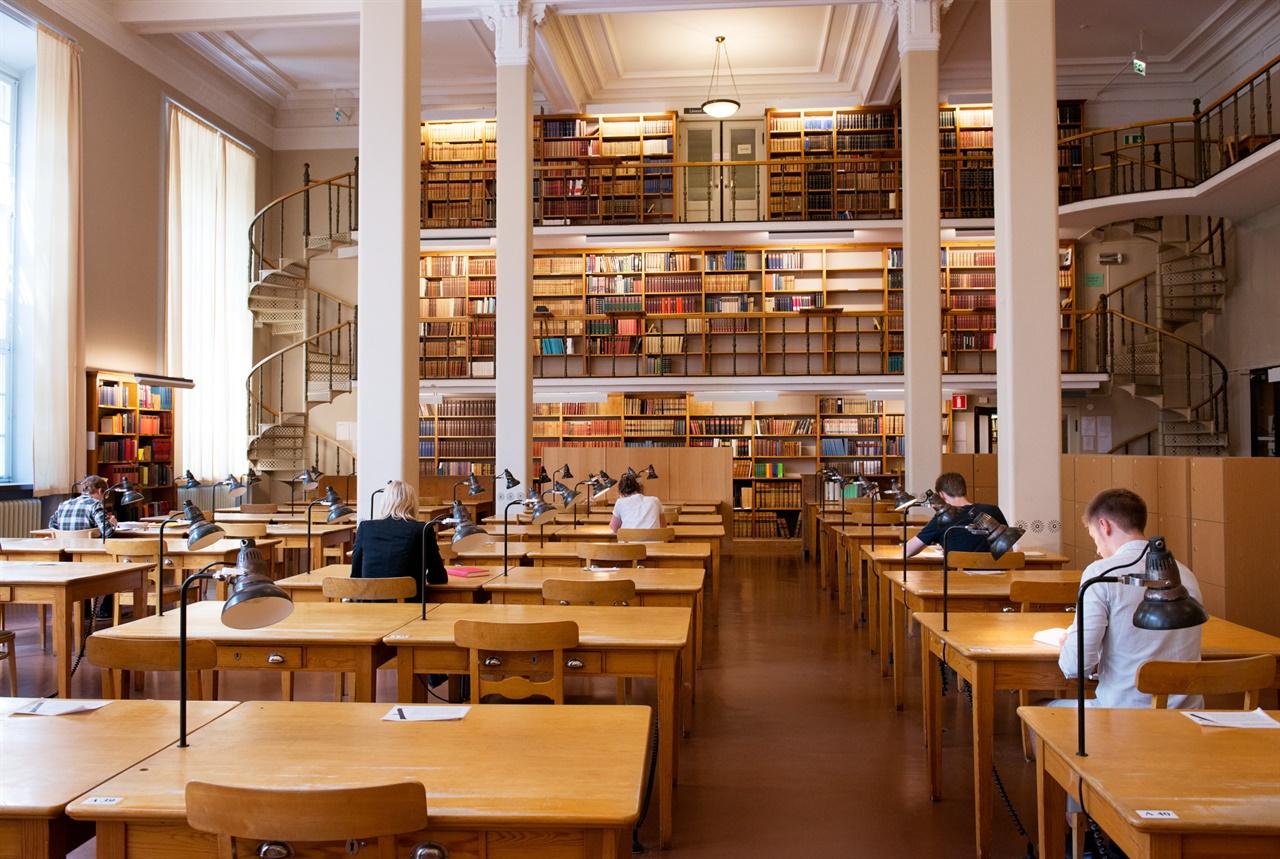 학생들이 서로간의 간격을 유지하여 앉아있다. 사진출처 imagebank.sweden.se
