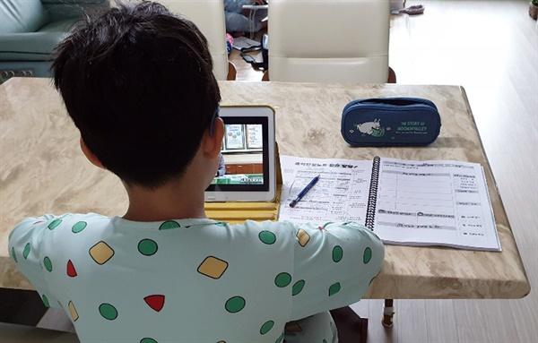 초등학교 1∼3학년의 3차 온라인 개학일인 4월 20일 오전 전북 전주 시내 한 가정에서 초등학교 3학년생이 태블릿 PC로 수업을 듣고 있다.