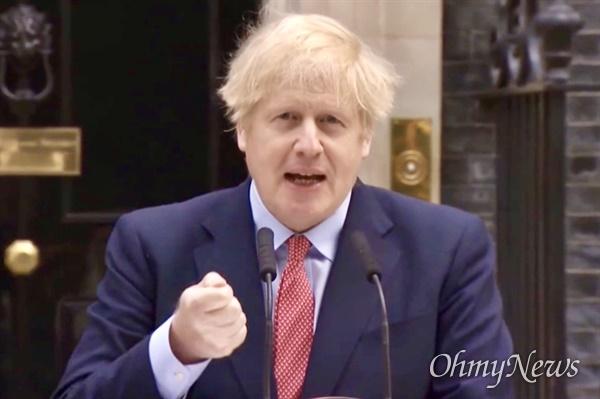 """보리스 존슨 영국 총리는 지난 27일 대국민 성명을 통해 """"아직 봉쇄조치를 완화하기에는 이르다""""고 말했다. 그는 지난달 세계 주요 정상 가운데 코로나19 확진 판정을 받았고, 한때 병세가 악화돼 병원에서 집중치료를 받기도 했다. 사진은 영국 총리실 중계 화면 갈무리."""