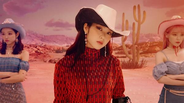 오마이걸의 신곡 '살짝 설렜어'는 발표와 함께 주요 음원 차트 1위에 올랐다.