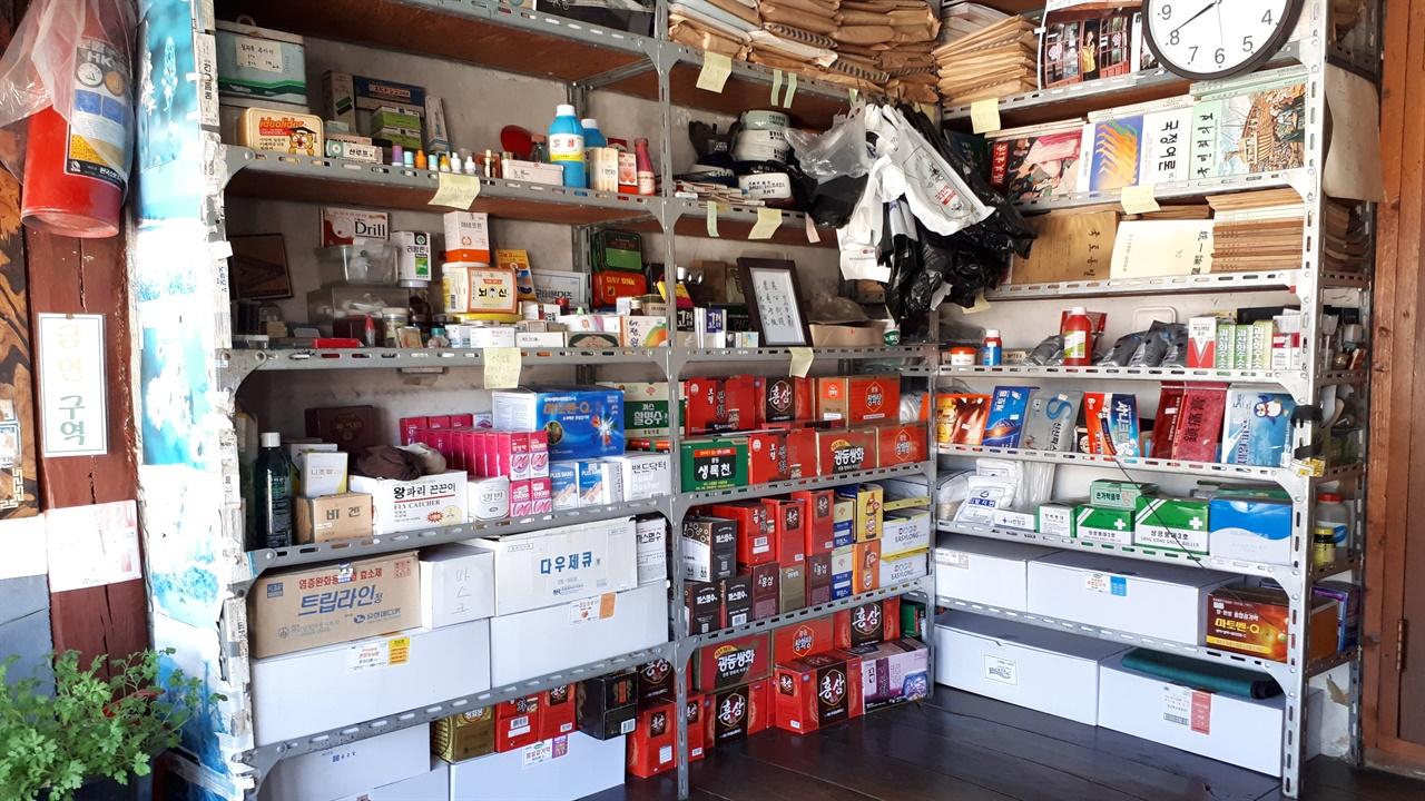 청인약방 내부   지금은 조제약이 아닌 비타민 음료와 일반의약품 등을 판매하고 있으며 아주 가끔 손님이 온다. 약방 선반 위쪽에 신 어르신이 마을에서 활동했을 당시 자료들이 빼곡히 꽂혀 있다.