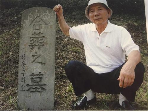이수근은 아직도 270여명이 뒤엉킨 서울구치소 자리 합동묘지 안에 묻혀있다. 묘비 옆은 배경옥씨.