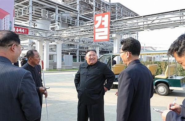 활짝 웃는 김정은 북한 김정은 국무위원장이 노동절(5·1절)이었던 지난 1일 순천인비료공장 준공식에 참석했다고 노동당 기관지 노동신문이 보도했다. 검은 인민복 차림의 김 위원장이 공장을 둘러보며 활짝 웃고 있다.