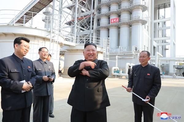 20일 만에 공개활동 나서며 활짝 웃는 김정은 사망설에 휩싸였던 북한 김정은 국무위원장이 20일 만에 공개활동을 재개하며 건재함을 과시했다. 김 위원장이 노동절(5·1절)이었던 지난 1일 순천인비료공장 준공식에 참석했다고 조선중앙통신이 2일 보도했다.