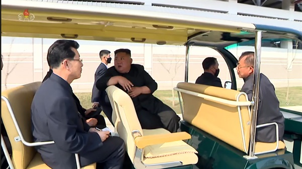 카트 탄 김정은 북한 김정은 국무위원장이 노동절(5·1절)이었던 지난 1일 순천인비료공장 준공식에 참석했다고 조선중앙TV가 2일 보도했다. 김 위원장이 노란색 카트에 앉아있고 김재룡 내각 총리 등 간부들도 동석했다.[조선중앙TV 화면 캡처]