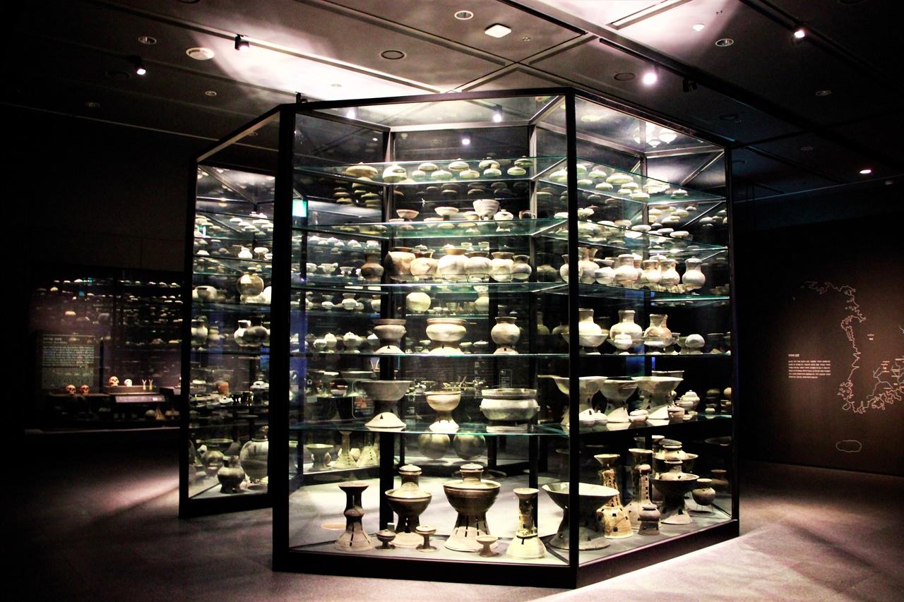 코로나19로 인해 조기종료되었던 국립중앙박물관의 <가야본성-칼(劒)과 현(絃)> 기획전시. 현재는 VR 콘텐츠로 공개되어 집에서 실감나게 전시를 관람할 수 있다.