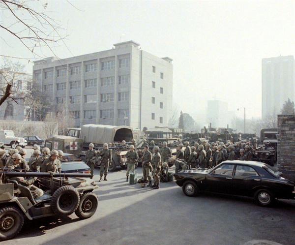 12. 12. 당시 중앙청 일대를 점거한 군인들.