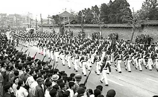 육사생도들의 시가행진(1961. 5. 18).