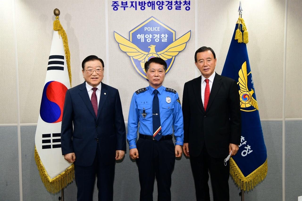지난 1일 오윤용 청장을 방문한 김석환(사진 왼쪽) 군수와 홍문표(사진 오른쪽) 국회의원.