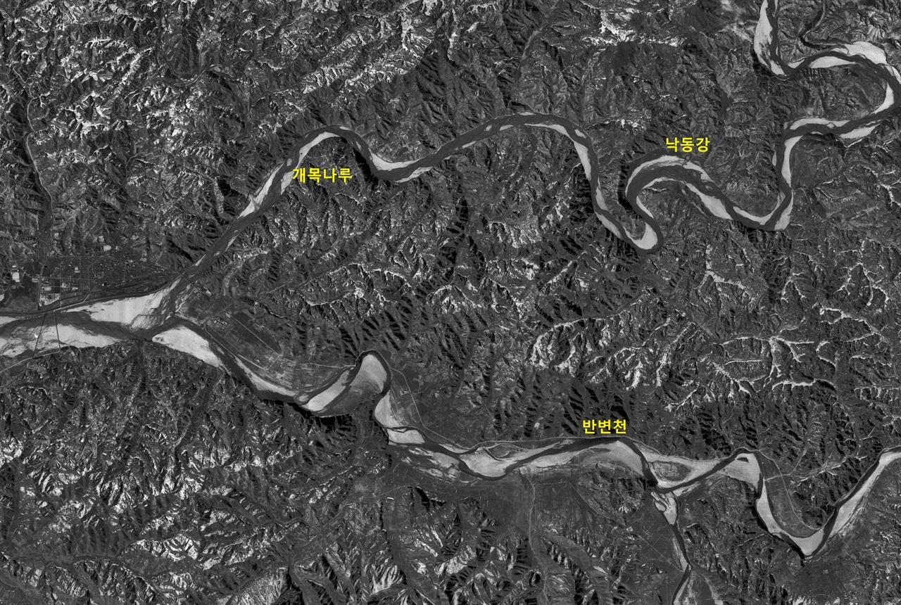 안동댐(1971년 공사가 시작되어 1976년 완공되었다)이 들어서기 전인 1969년 2월의 낙동강. 지금의 안동댐 바로 아래에 있는 개목나루(견항진)까지 낙동강 소금배가 올라 왔다.