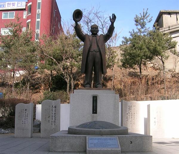해공 신익희 동상. 서울시 강동구의 강동역 근처에서 찍은 사진.