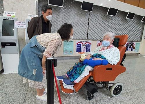 오희옥 지사 2 코로나19로 가족 면회도 병원 로비의 허용된 공간에서만 가능하다. 아드님과 며느님이 안부를 묻는 모습