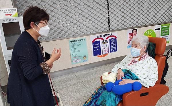 오희옥 지사와 기자 기자의 방문을 기쁘게 맞이해주신 오희옥 지사님과 이야기를 나누는 모습,서울중앙병원 1층 면회 로비 공간에서 거리를 두고 뵙고왔다.