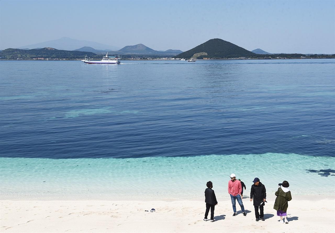 자연이 준 선물, 우도 홍조단괴 해빈 대한민국에서 둘도 없는 아름다운 풍경을 간직하고 있는 섬이 '섬 속의 섬'으로 불리는 제주도 우도이다.