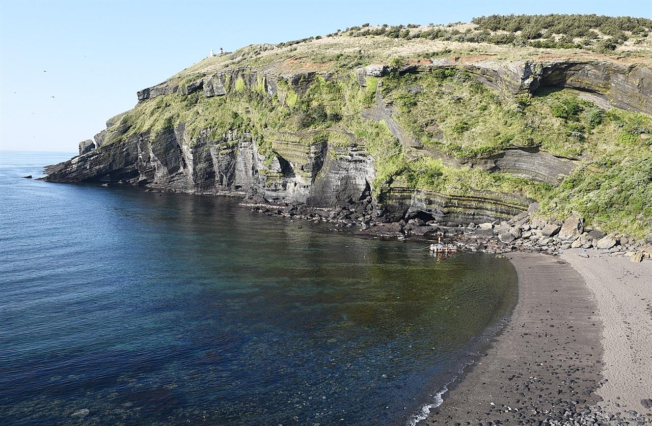 검멀래 해안  검은 모래로 이루어진 해안이라는 뜻이다. 화산암이 바닷물에 씻기고 깎여 모래가 되었다. 이 해안 끝에는 자연 동굴이 여럿 있다.