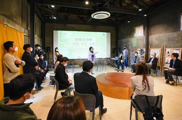 박영선 중소벤처기업부 장관이 4월 10일 강원 지역 '로컬크리에이터 포럼'에 참석해 인사말을 하고 있다.