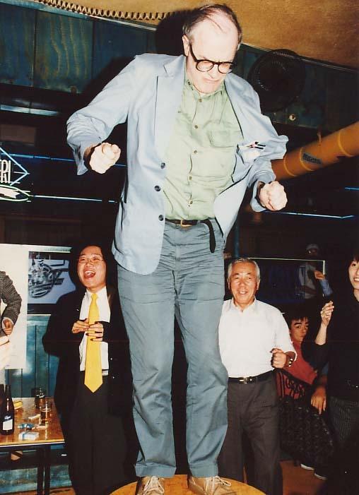 부산영화제 초기 와이드 앵글 파티에서의 춤을 추는 영국의 평론가 토니 레인즈