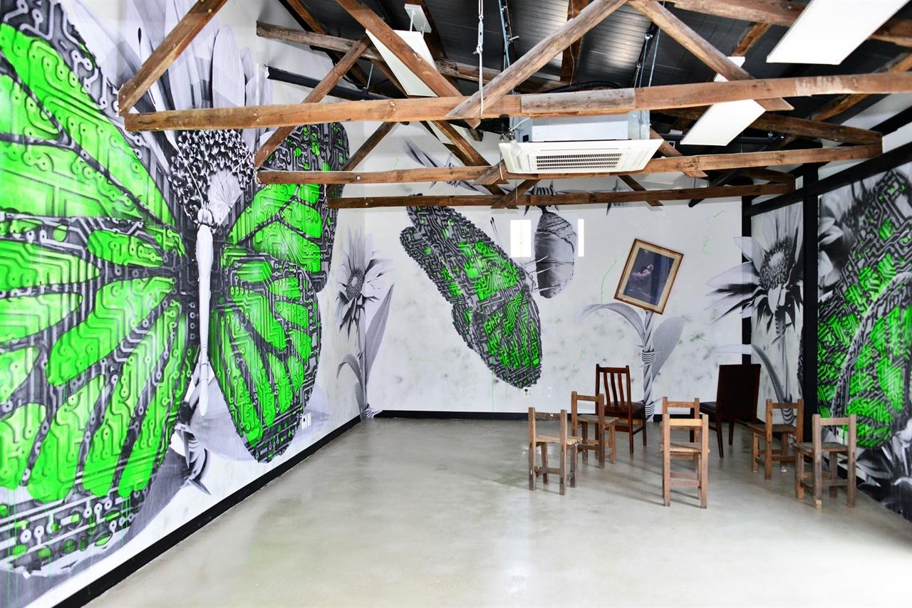 해동문화예술촌의 전시공간. 예술촌의 크고 작은 전시공간에선 갖가지 전시가 이어진다.